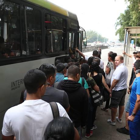 Ponto de ônibus lotado na Avenida Brasil Foto: Fabiano Rocha / Fabiano Rocha