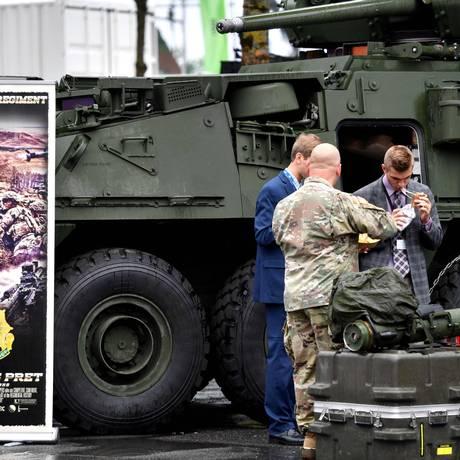 Soldado lancha ao lado de um blindado durante exibição de armas e segurança em Villepinte, França Foto: GERARD JULIEN / AFP