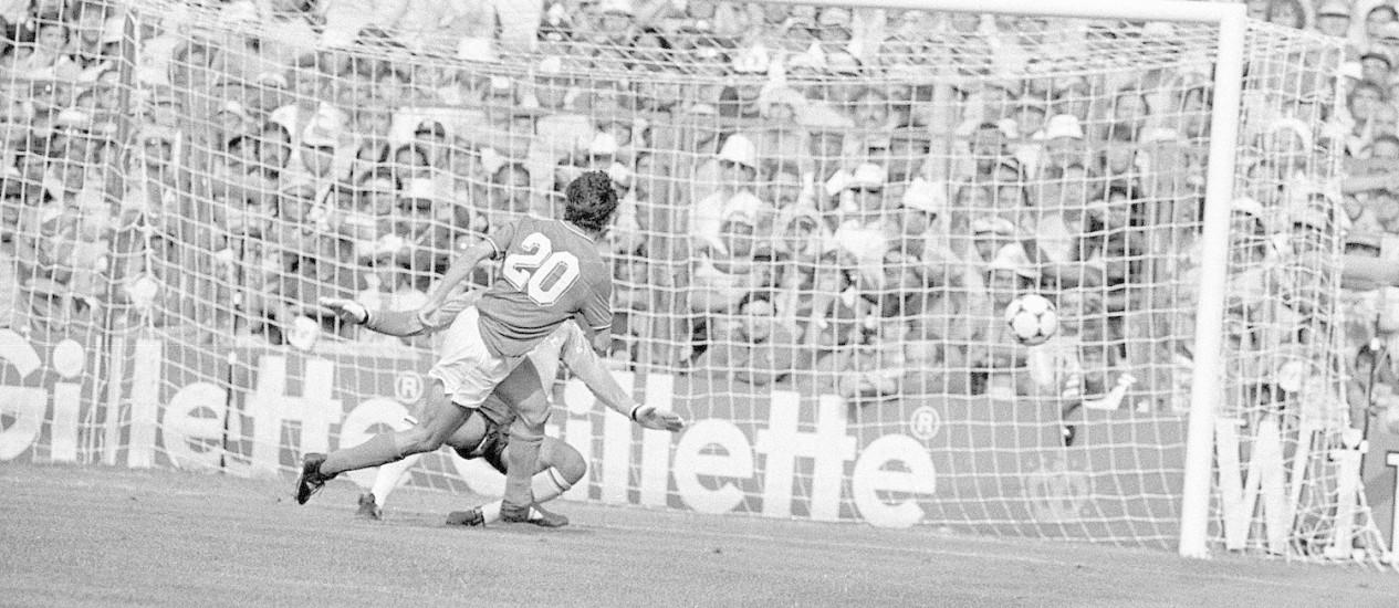 O italiano Paolo Rossi, número 20, foi o carrasco do Brasil na Copa de 1982, na Espanha Foto: Sebastião Marinho