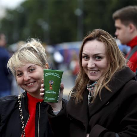 Za sdarovia: jovens brindam com copos de cerveja na abertura da Fifa Fan Fest de Moscou Foto: Marcelo Theobald / Marcelo Theobald