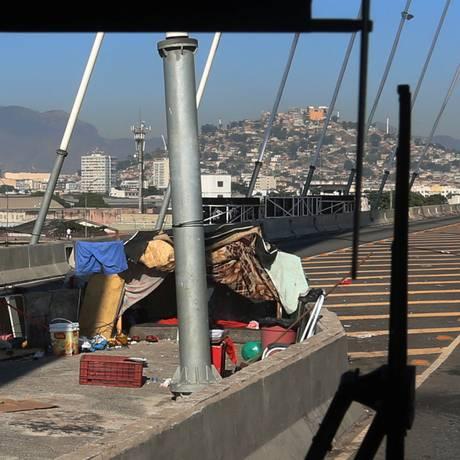 Puxadinho. Um dos barracos entre as pistas do BRT: risco de acidente Foto: FABIANO ROCHA / FABIANO ROCHA