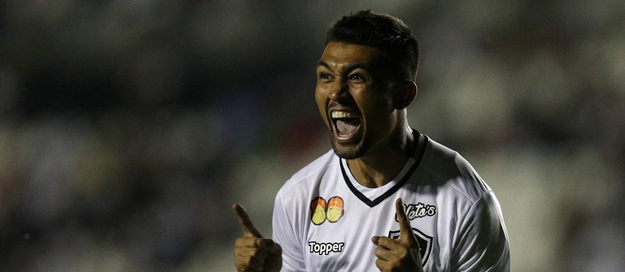 Kieza comemora o seu gol na partida do Botafogo contra o Vasco, em São Januário Foto: Vitor Silva / Vitor Silva/SSPress/Botafogo/Divulgação