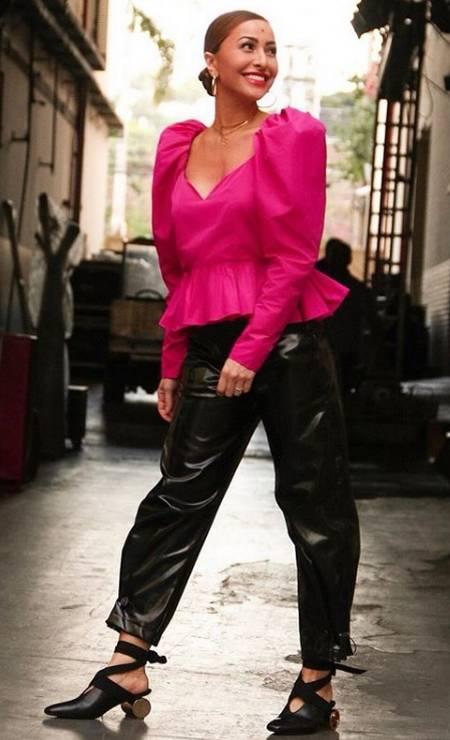 Na imagem, Sabrina usa calça Giullièr, sandálias JW Anderson e top Stella McCartney Foto: Reprodução/ Instagram