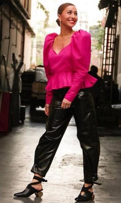 Na imagem, Sabrina usa calça Giullièr, sandálias JW Anderson e top Stella McCartney Reprodução/ Instagram