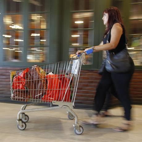 Mulher leva compras de supermercado no Rio. Fotos: Pedro Teixeira / O Globo