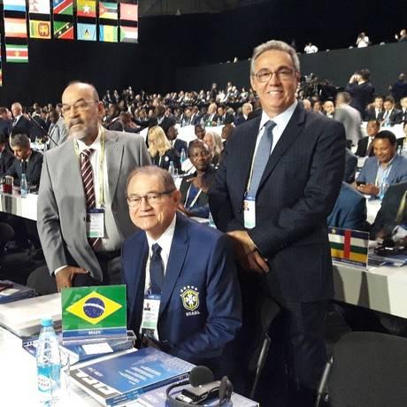 Coronel Nunes (sentado) entre os presidentes das federações de Pernambuco, Evandro Carvalho, e do Piauí, Cesarino Oliveira Foto: Igor Siqueira