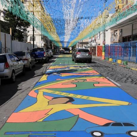 Em Vila Isabel, mutirão enfeitou a Rua Pereira Nunes Foto: Guilherme Pinto / Agência O Globo