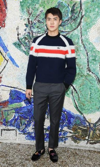 """No desfile Cruise 2019 da Louis Vuitton, em maio, na França, ninguém foi falado do que o sul-coreano Oh Se-hun. Ele, inclusive, foi eleito o homem mais bem-vestido da apresentação pela """"Vogue"""" americana. Parte do grupo Exo, Se-hun é apenas um exemplo do sucesso dos astros do K-Pop na alta moda. A turma está em todas Pascal Le Segretain / Getty Images for Louis Vuitton"""