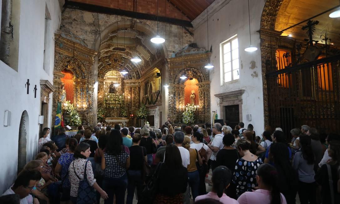 Fiéis lotam Convento de Santo Antônio, no Largo da Carioca, no dia do santo Foto: Fabiano Rocha / Agência O Globo