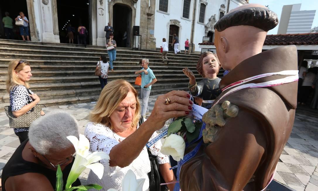 Devotas fazem pedidos em frente à imagem de Santo Antônio Foto: Fabiano Rocha / Agência O Globo