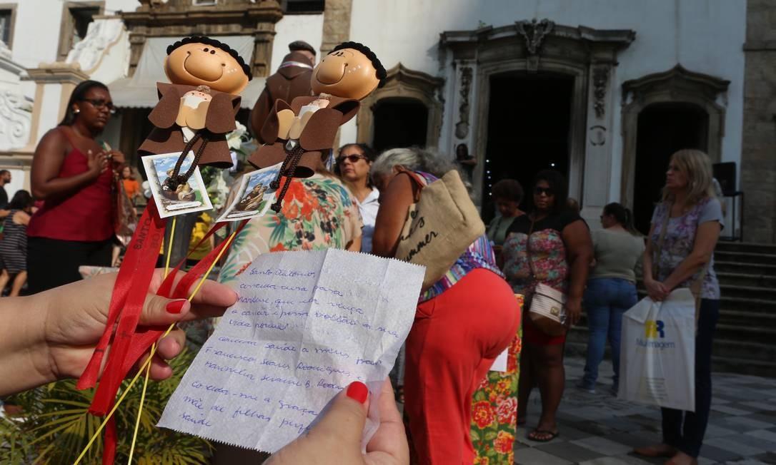 Pedidos para Santo Antônio e imagens do santo casamenteiro, com fitinhas vermelhas Foto: Fabiano Rocha / Agência O Globo