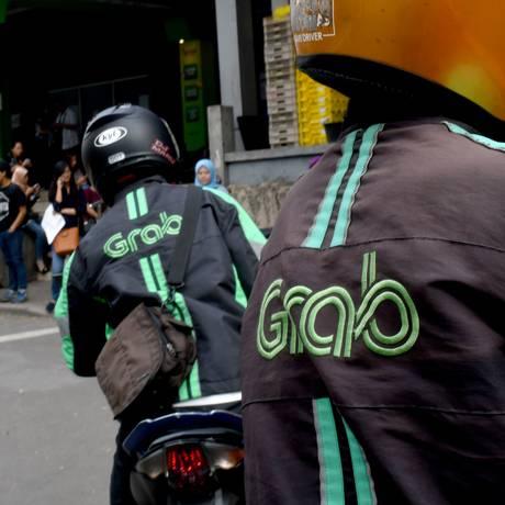 Motoristas da GrabBike esperam passageiros em Jacarta, na Indonésia. Foto: Goh Chai Hin/AFP