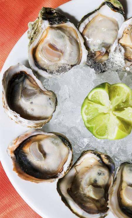 Entrada. A porção de ostras ao limão (R$ 62,90, com 12 unidades) é do Umas & Ostras (2568-7128) Foto: Divulgação