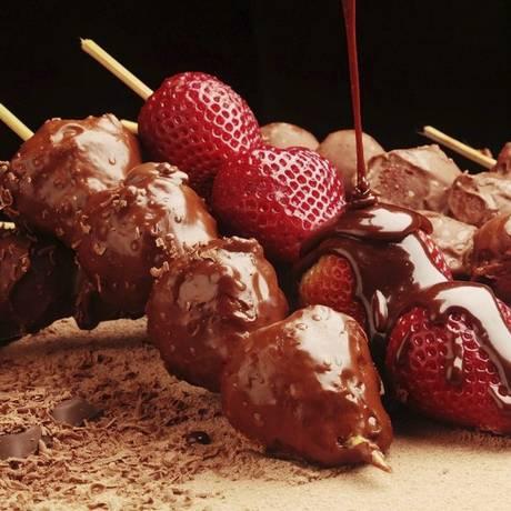 Espetinho. De morango com chocolate, R$ 12,95 cada, no Espetto Carioca (3174-0791) Foto: divulgação/berg silva