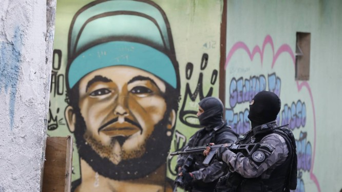 Policiais fazem operação em Acari após a morte de agente em 12/06/2018 Foto: Domingos Peixoto / Agência O Globo