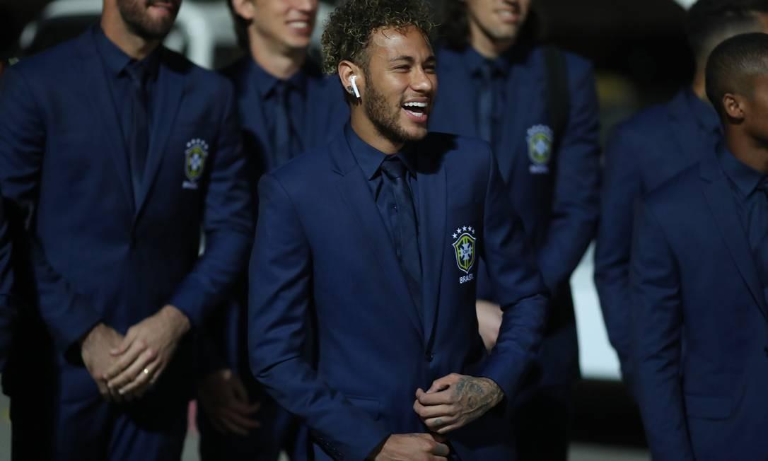 Brasil monocromático: terno de Ricardo Almeida foi acompanhado por gravata e camisa no mesmo tom de azul, dando destaque ao escudo da CBF. Lucas Figueiredo/CBF