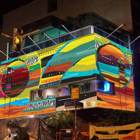 Inspirada em deuses egípcios e tribos africanas, a obra ocupa os 15 metros da fachada da loja Foto: Divulgação