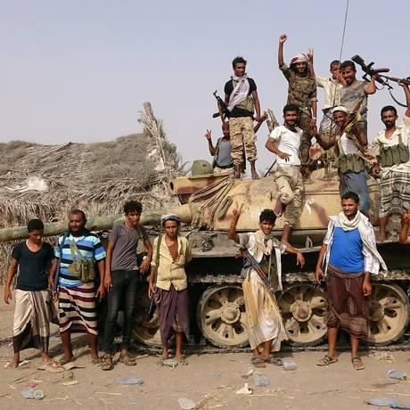 Combatentes leiais ao governo iemita posam em área próxima ao porto de Hodeida Foto: STRINGER / REUTERS