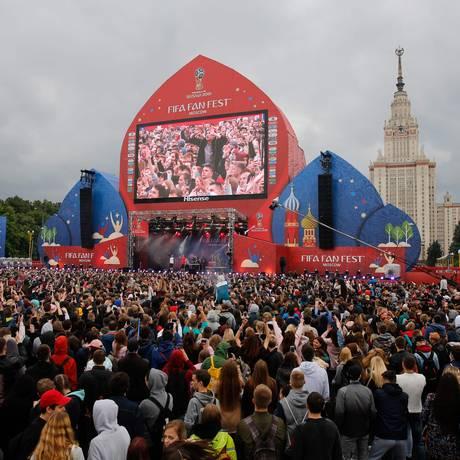 Multidão de torcedores em Moscou: embaixada brasileira alerta para golpes na Copa Foto: Maxim Zmeyev / AFP
