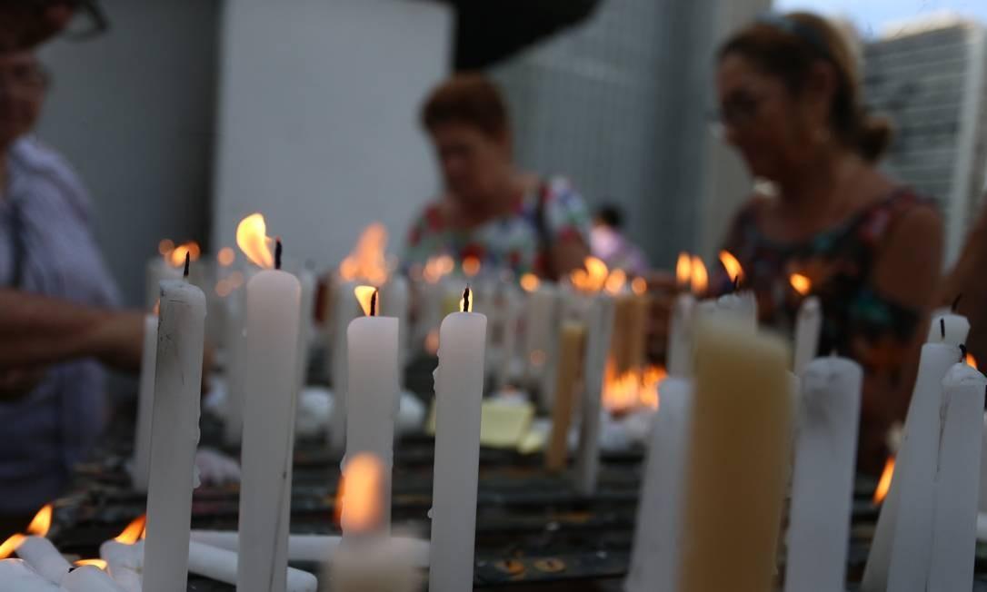 Velas por Santo Antônio são acesas para pedir graças no dia do santo Foto: Fabiano Rocha / Agência O Globo