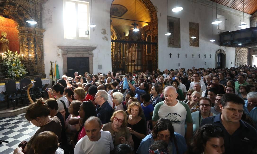 Multidão enche o Convento de Santo Antônio, no Centro Foto: Fabiano Rocha / Agência O Globo