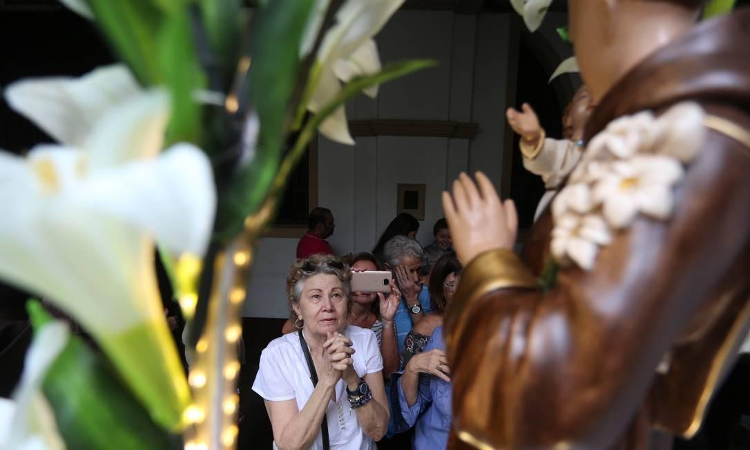 Fiéis rezam por Santo Antônio, no convento Fabiano Rocha / Agência O Globo
