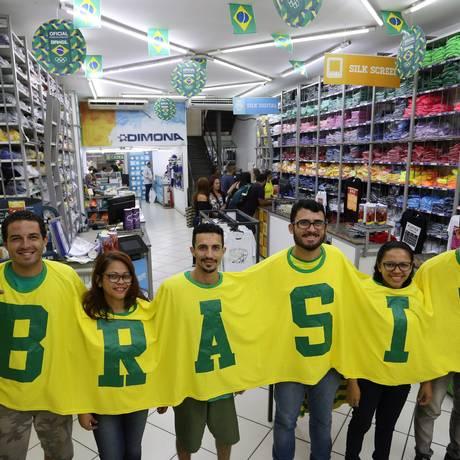Vendedores exibem camisa para ser usada em grupo Foto: Freelancer / Agência O Globo