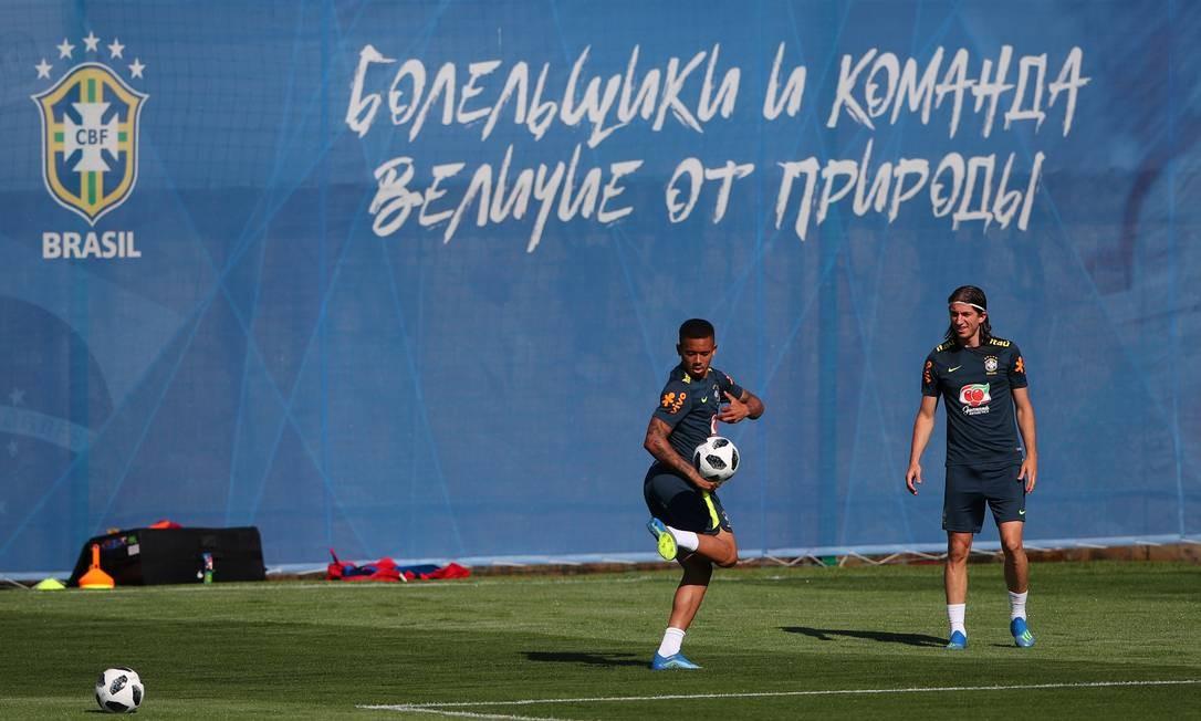 Gabriel Jesus e Filipe Luis batem bola antes do treino da seleção HANNAH MCKAY / REUTERS