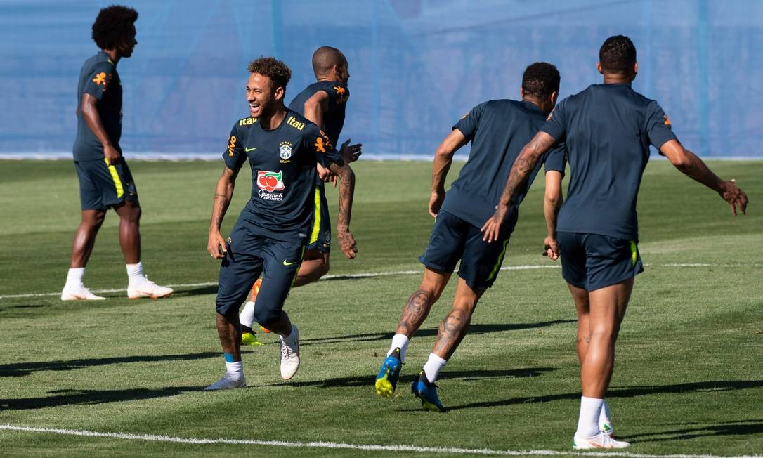 Clima descontraído no treino da seleção brasileira em Sochi Foto: JEWEL SAMAD / AFP