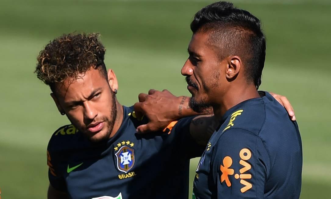 O atacante Neymar e o meia Paulinho conversam durante o treino da seleção brasileira no estádio municipal de Sochi NELSON ALMEIDA / AFP