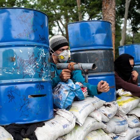 Manifestantes na Nicarágua fazem barricadas e usam armas caseiras contra forças policiais Foto: OSWALDO RIVAS / REUTERS