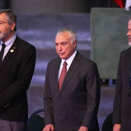 O presidente Michel Temer, ao lado dos ministro Torquato Jardim (Justiça) e Raul Jungman (Segurança Pública), durante seminário Foto: Ailton de Freitas / Agência O Globo