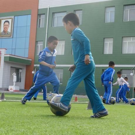 Crianças jogam futebol em orfanato de Pyongyang Foto: Adrián Foncillas