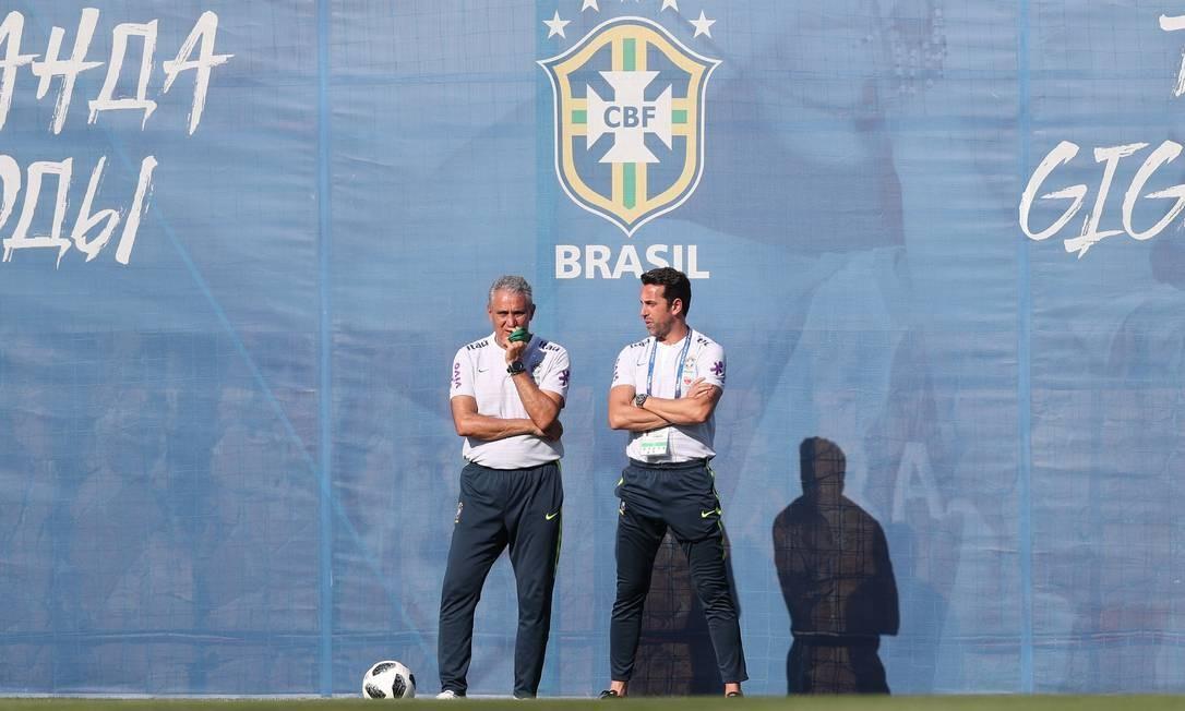 Tite e Edu Gaspar observam o treino Lucas Figueiredo / CBF