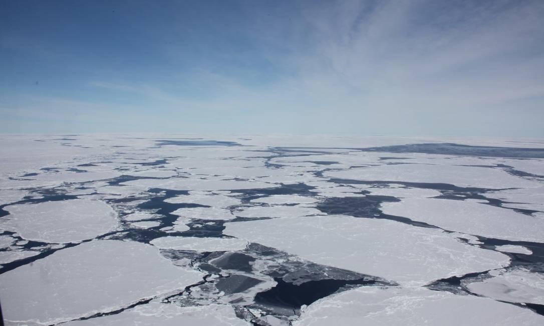 Placas de gelo soltas flutuam no oceano próximo à Antártica: quase 3 trilhões de toneladas da calota polar Sul já derreteram desde o início dos anos 1990 em resposta ao aquecimento global Foto: / Divulgação/Sinéad Farrell