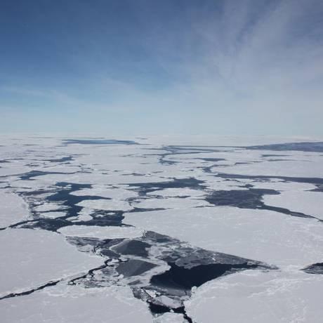 Placas de gelo soltas flutuam no oceano próximo à Antártica: quase 3 trilhões de toneladas da calota polar Sul já derreteram desde o início dos anos 1990 em resposta ao aquecimento global Foto: Divulgação/Sinéad Farrell