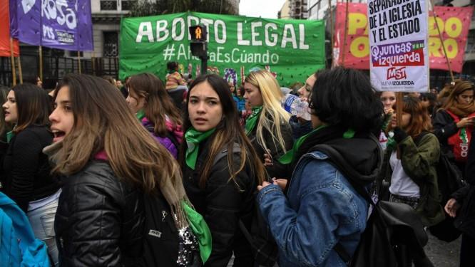 Atrizes argentinas se juntam aos manifestantes pela legalização do aborto em frente ao Congresso, onde projeto de lei será votado pelos deputados Foto: EITAN ABRAMOVICH / AFP