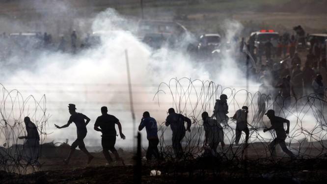 Palestinos protestam na fronteira da Faixa de Gaza com Israel Foto: AMIR COHEN / REUTERS