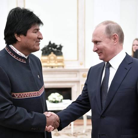 O presidente russo, Vladimir Putin, cumprimenta o presidente boliviano, Evo Morales, no Kremlin Foto: ALEXEY NIKOLSKY / AFP