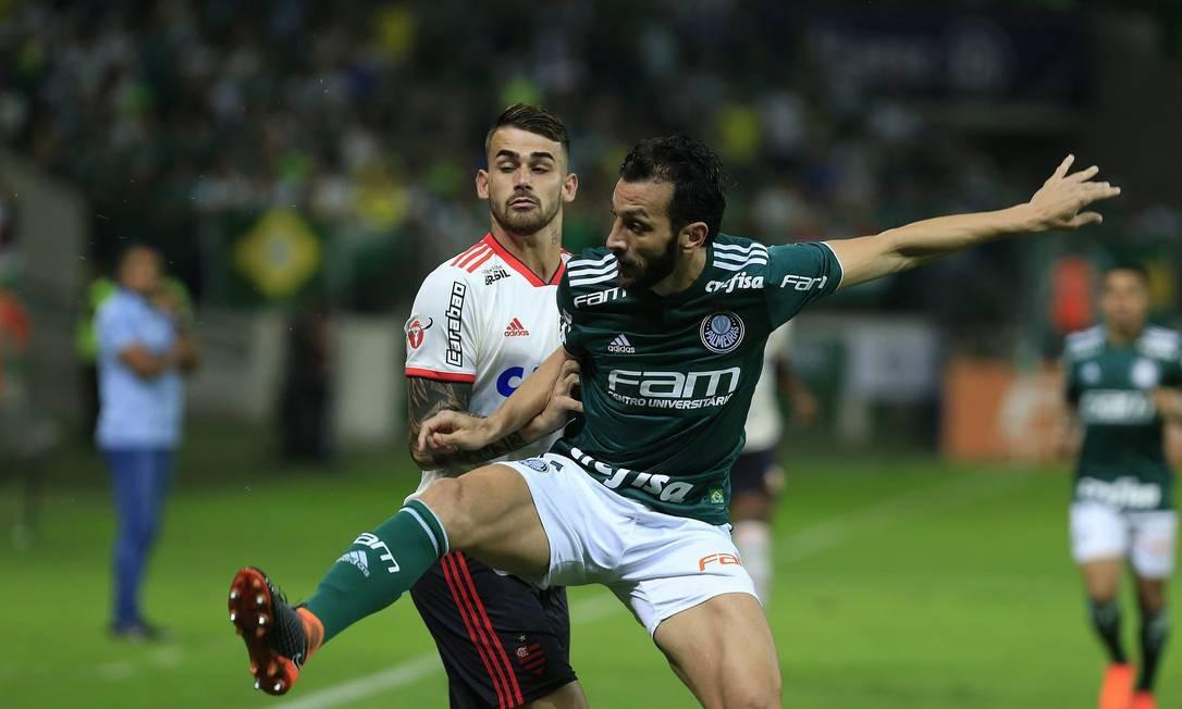 Felipe Vizeu e Edu Dracena na briga pela bola na Arena Palmeiras Edilson Dantas / Edilson Dantas