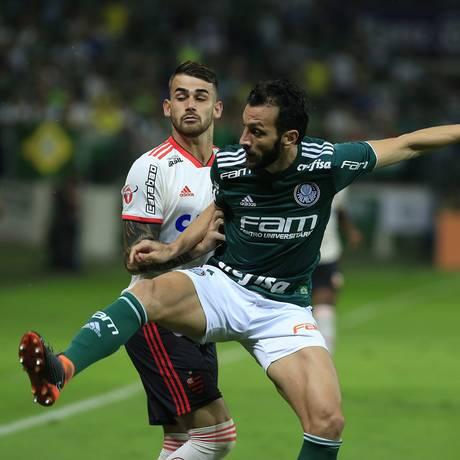 Felipe Vizeu e Edu Dracena na briga pela bola na Arena Palmeiras Foto: Edilson Dantas / Agência O Globo