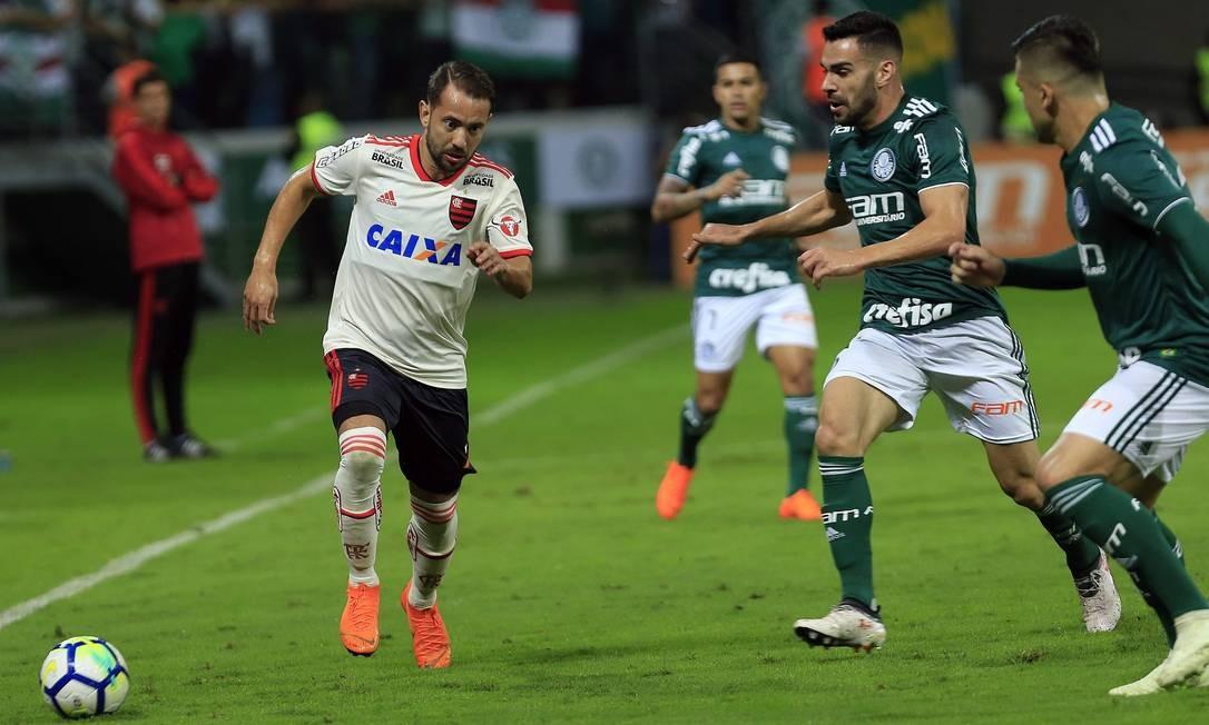 Everton Ribeiro recebe a marcação de dois jogadores do Palmeiras Edilson Dantas / Edilson Dantas