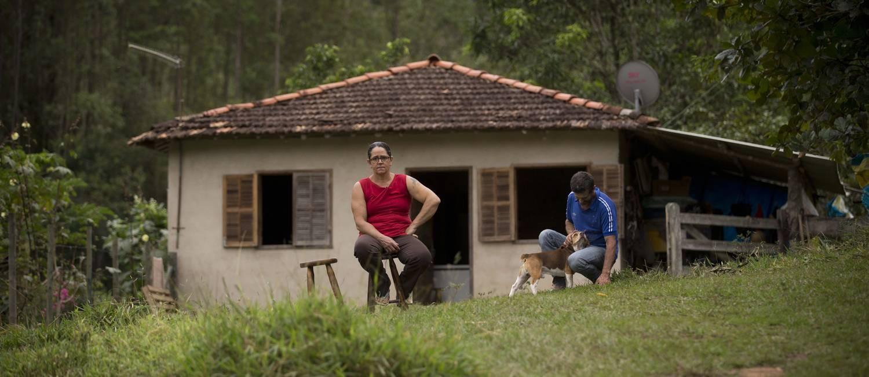 Marta e John nas ruínas da casa onde moravam em Paracatu Foto: Márcia Foletto / Agência O Globo