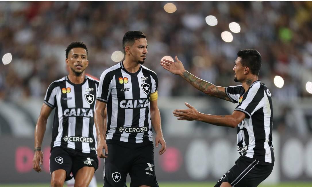 Rodrigo Lindoso, ao centro, comemora com Kieza o segundo gol Marcio Alves / Marcio Alves