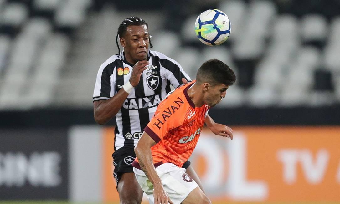 O alvinegro Moisés tenta recuperar a bola para a equipe de Alberto Valentim Marcio Alves / Marcio Alves