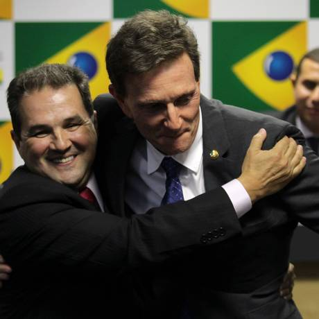 Marcelo Crivella e Eduardo Lopes em tranmissão de cargo do ministério da Pesca e Agricultura 17/03/2014 Foto: Aílton de Freitas / Agência O Globo