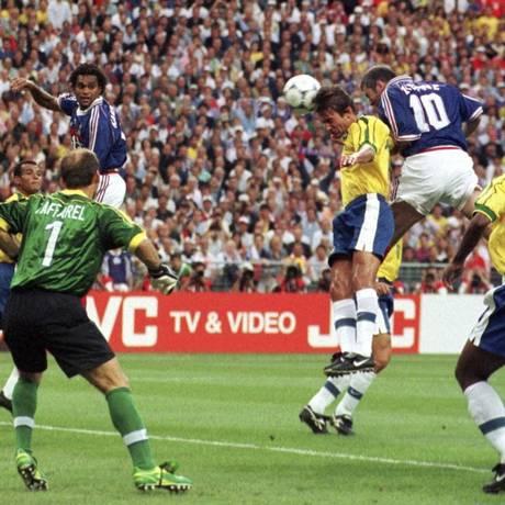Zidane, camisa 10, faz o primeiro gol da vitória da França sobre o Brasil na final da Copa de 1998 Foto: Luca Bruno