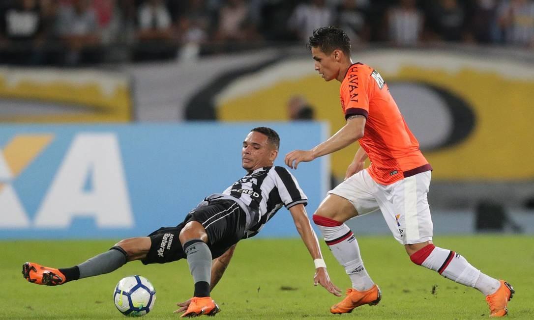 Jogador do Botafogo tenta recuperar a bola no Nilton Santos Marcio Alves