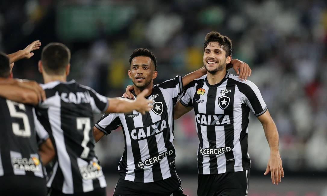 Igor Rabello é abraçado ao marcar gol na vitória do Botafogo sobre o Atlético-PR Marcio Alves / Marcio Alves