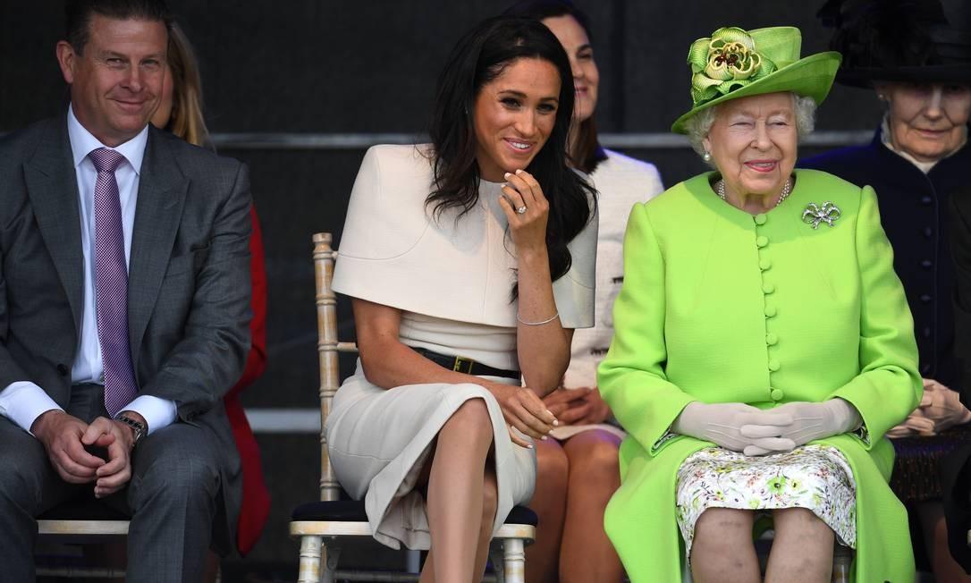 Meghan Markle parece ter tido bons momentos em seu primeiro compromisso público só com a rainha. Elizabeth II e a duquesa de Sussex sorriram à beça na abertura da Mersey Geteway Bridge, em Halton, Cheshire (Inglaterra) Jeff J Mitchell / Getty Images
